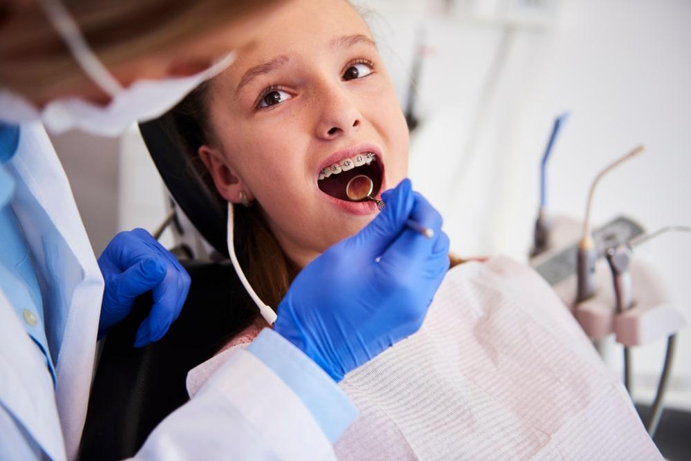 Une consultation en orthodontie avec un enfant